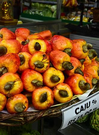 Bacia de caju fruta tropical em feira em Salvador