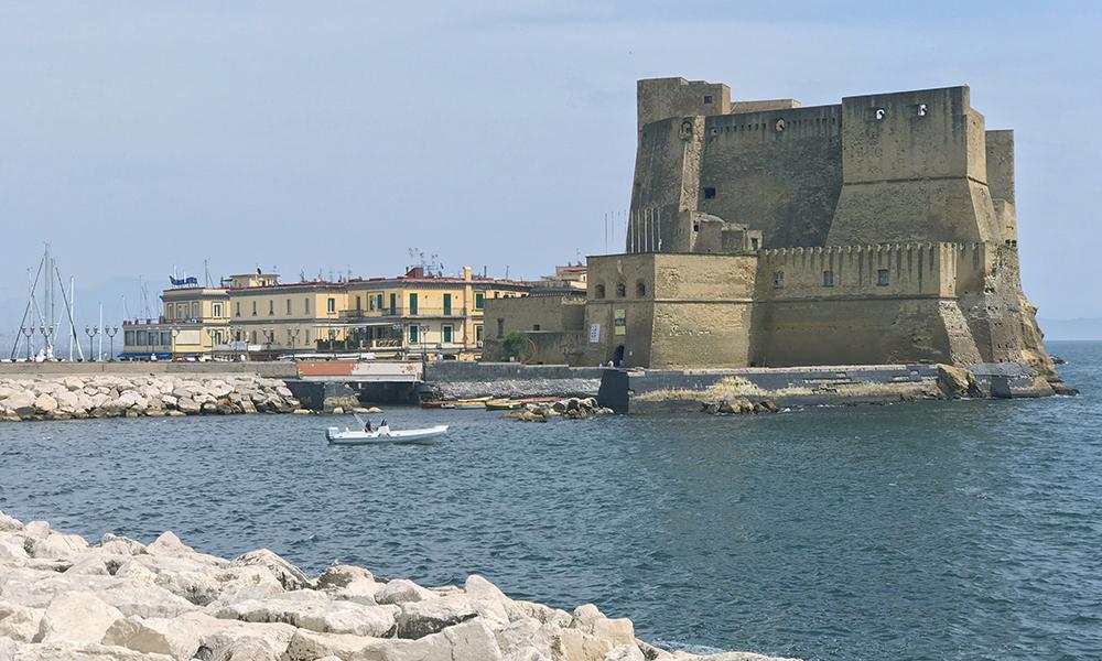 Castelo do Ovo na cidade de Nápoles na Itália