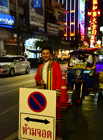 Jovem tailandês vestido à caráter no bairro Chinatown em Bangkok