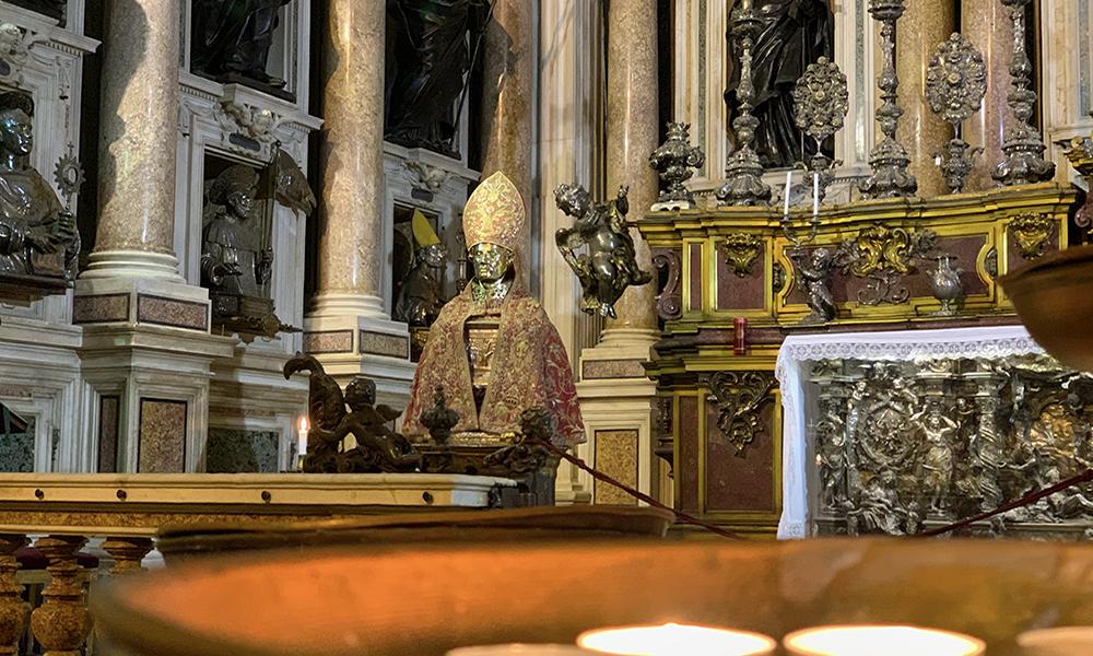 Interior da Igreja Jesus Nuovo em Nápoles Itália