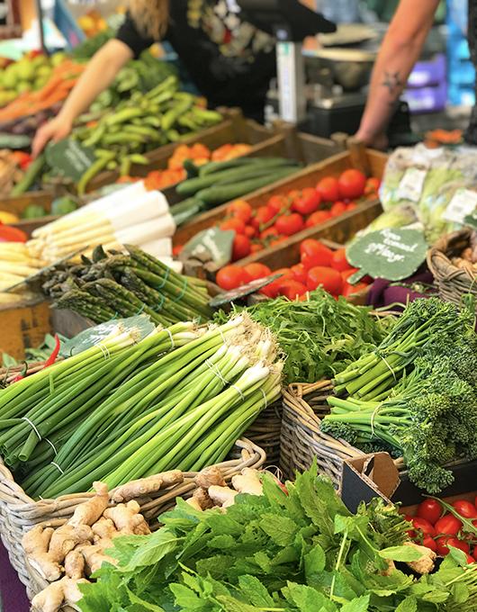 Verduras no mercado de orgânicos Noordermarkt em Amsterdam