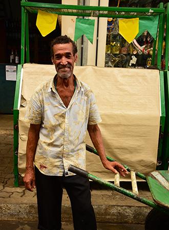 Feirante com seu carrinho na feira de São Joaquim em Salvador na Bahia