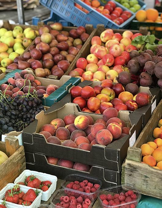 Frutas no mercado de orgânicos Noordermarkt em Amsterdam