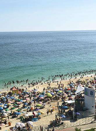 Praia de Ipanema lotada na altura do Posto 8 Rio de Janeiro