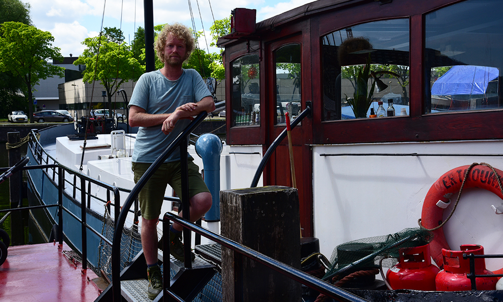 Jasper Helmer in front of his houseboat in Amsterdam
