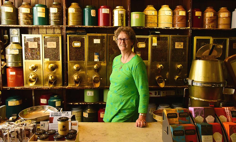 Marie Louise Velder em sua cafeteria 't Zonnetje Koffie Thee en Kruiden em Amsterdam