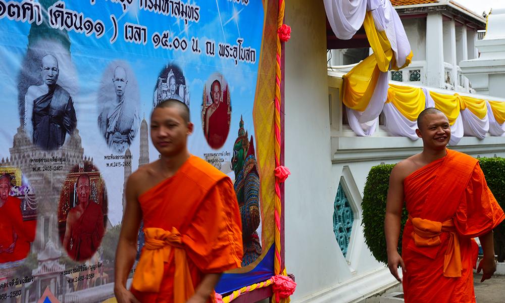 Monges tailandeses caminham em Bangkok