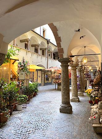 Passagem de arquitetura medieval em Salzburgo na Áustria