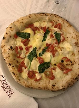 A verdadeira pizza napoletana no restaurante Gorizia em Nápoles