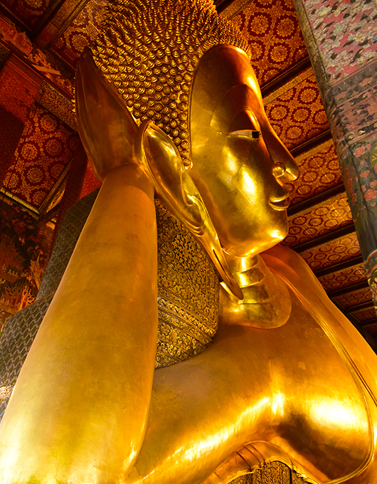 Estátua do Buda reclinado no templo Wat Pho em Bangkok
