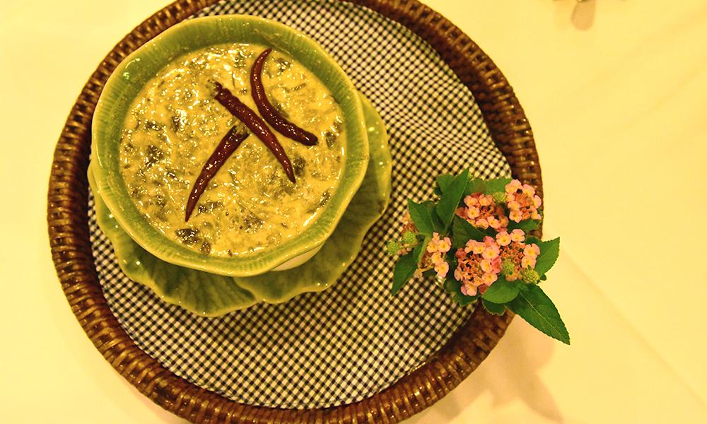 Prato típico tailandês Green Curry no restaurant Suan Thip em Bangkok