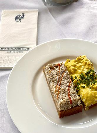 Sanduíches abertos no restaurante Zum Schwarzen Kameel em Viena